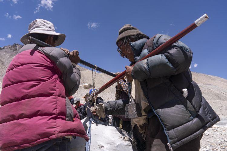 西藏自治区日喀则市定日县扎西宗乡村民给从高海拔营地运下的垃圾称重,以按重量结算现金(5月24日摄)。