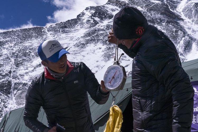 登山向导在珠峰海拔6500米的前进营地对登山垃圾进行称重(5月22日摄)。