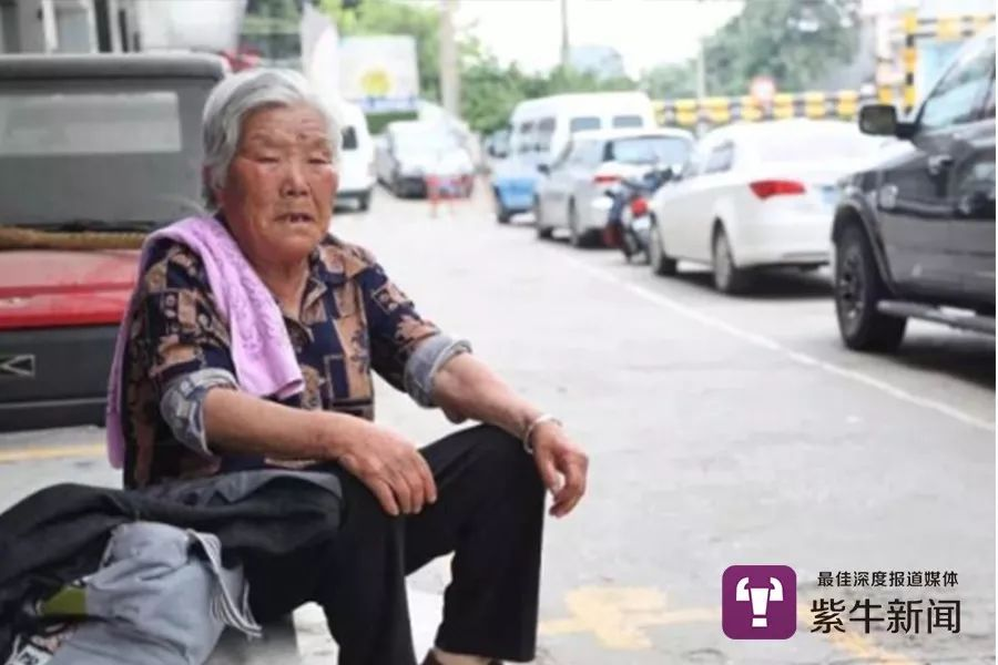 八旬奶奶6年每天等8小時接智殘孫放學:他不長大我不敢老