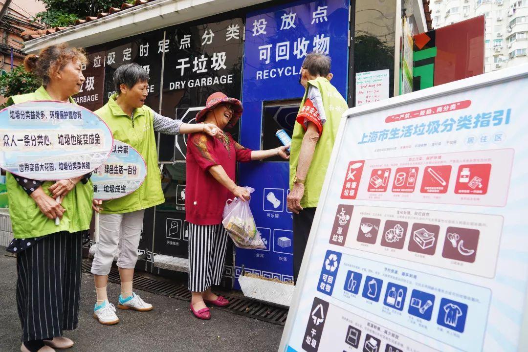 """垃圾分类志愿者破解垃圾分类""""最后100米""""。新民晚报首席记者 刘歆 摄"""