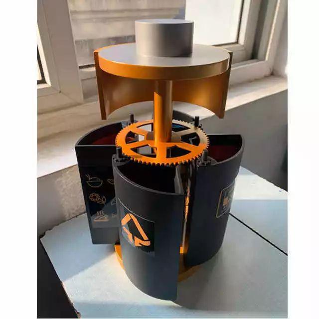 """上海有6名高中生开动脑筋发明了一个""""四合一""""分类垃圾桶。"""