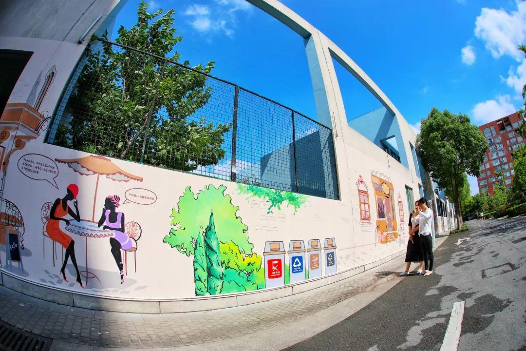 垃圾分类彩绘墙成为小区内的风景线。新民晚报记者 李铭珅 摄