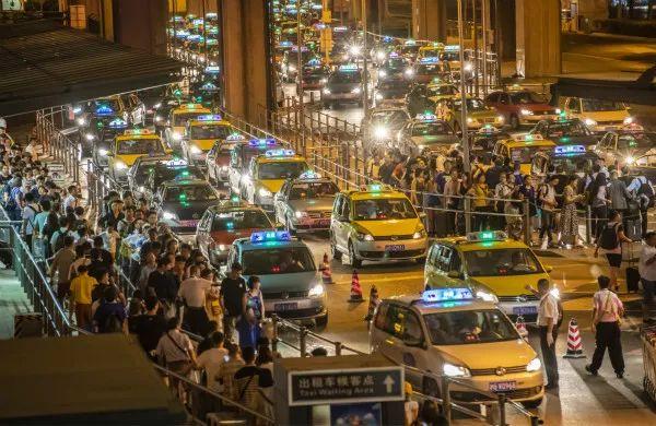 虹桥机场2号航站楼的出租车候车点,在工作人员的疏导下,客流和车流排队有序、快速离港。 新民晚报首席记者 刘歆 摄