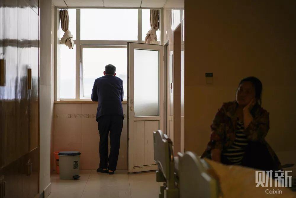 手术前,因为自己血压偏高,需要等血压降低后才能进行手术。李水生和他的妻子只能在病房中焦急地等待手术通知。