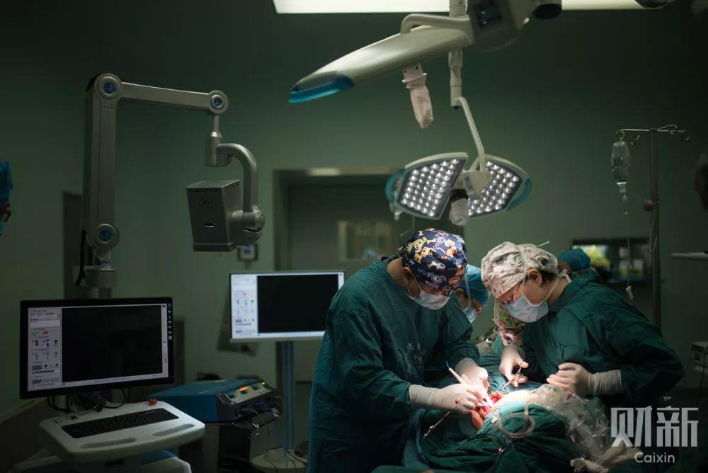 5月5日,一台口腔癌手术正在进行中,手术往往要持续六七个小时。