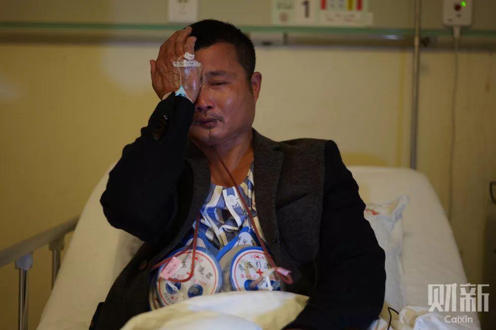 平时性格开朗爱说爱笑的刘伟,谈起自己的口腔癌病情不禁落下泪来。