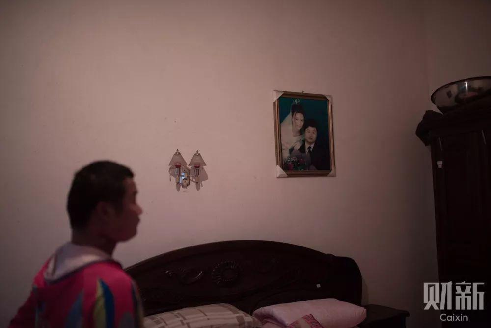 """刘伟的老房子离他的渔具店只有七八公里,他计划着一个人在老房子住一段时间休养身体。看着房间里挂着自己和妻子年轻时的照片,刘伟有些伤感,""""你看我现在变成什么样子了""""。"""