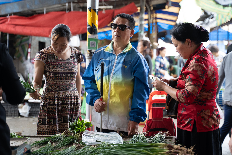 每周六排练日早上,张世维和他爱人冯懿萍都会乘公交车前往三公里外的批发市场买菜,几个固定摊位的摊主知道他们组建盲人乐队的事迹后,每次都以最优惠的批发价给他们。
