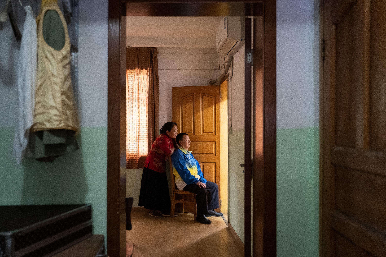 乐队排练,张世维和他爱人冯懿萍坐在排练室门口听乐队演奏,一直到排练结束。