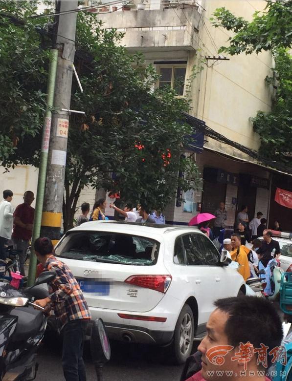 陕西汉中一快递小哥疑因挡道遭车主粗口,怒砸奥迪车被刑拘