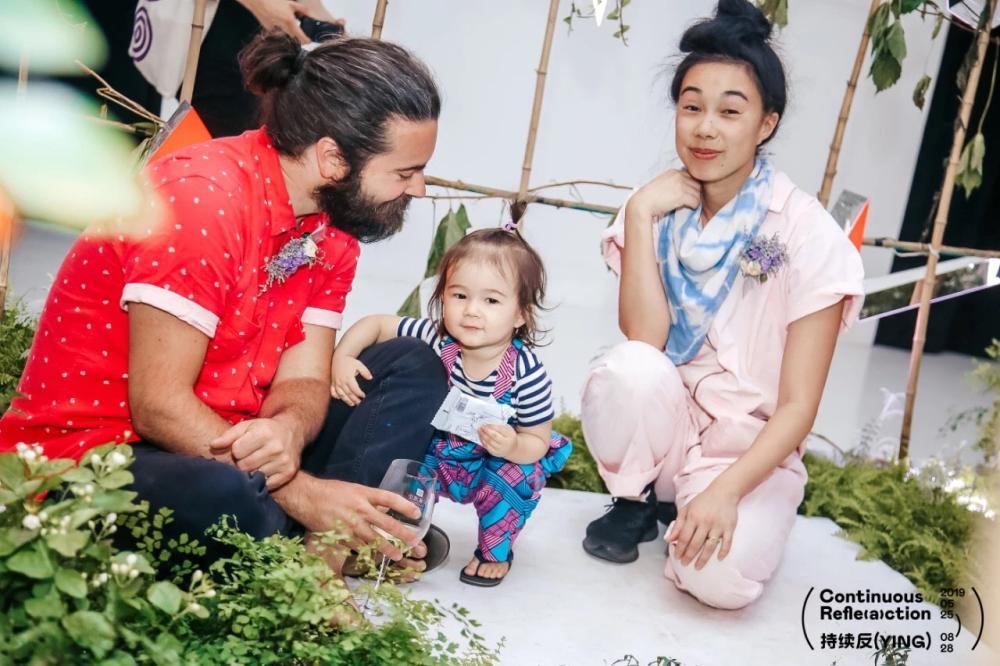 亚当·弗雷扎(Adam Frezza)和特里·乔(Terri Chiao)和女儿在展览开幕式上 图片来源:山水美术馆