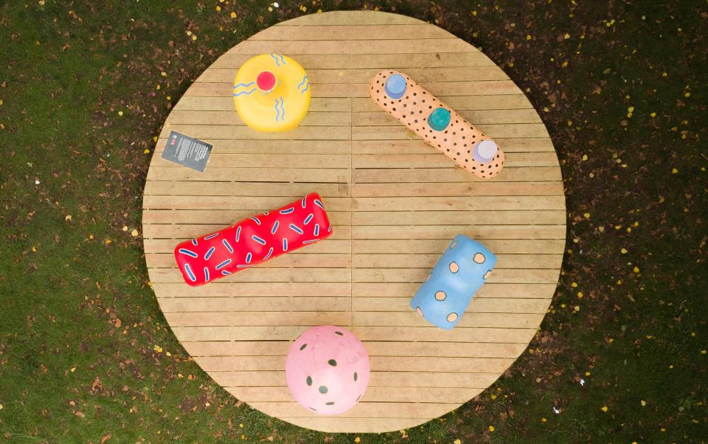 Stick Stump & The Lawn Lumps,Painted fiberglass, wooden deck,14 x 14 x 4',2018,图片来自艺术家网站