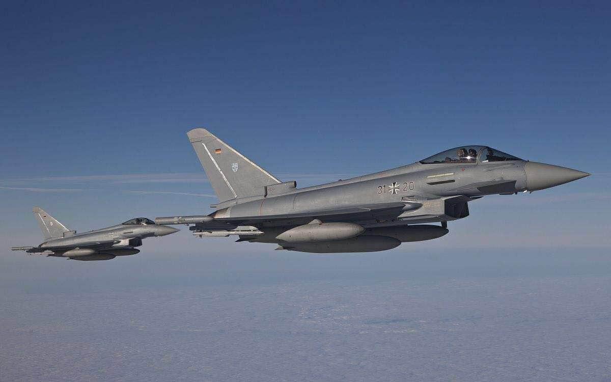 2架台风战机在德国上空相撞后坠毁,两名飞行员弹射