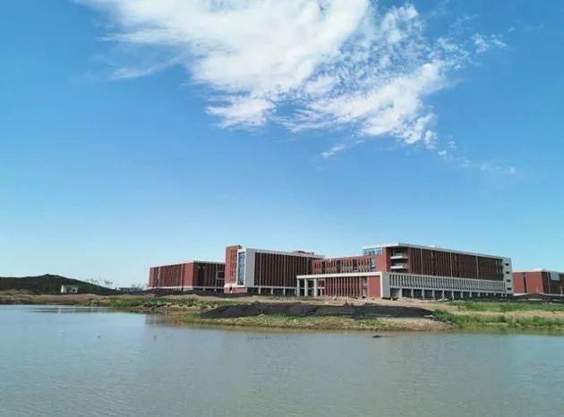 图为土木工程与环境能源学院教学楼外景。
