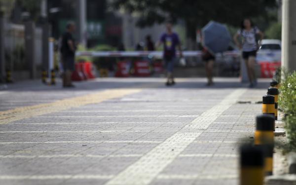 """城市里的盲道经常遇到""""断头路"""",图片来源:视觉中国"""