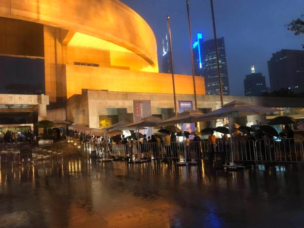 上博特展夜场首日:雨中排队观展,讲座渐次呈现