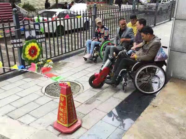 截瘫者之家创办人考察无障碍设施遇难,亲友将走法律程序
