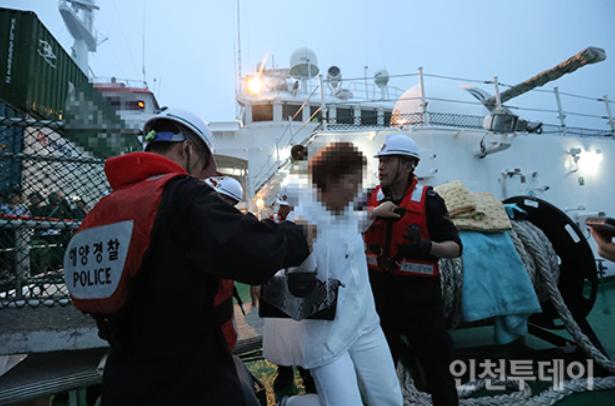 乘客和船员被韩国海警转移到舰艇上(《今日仁川》)