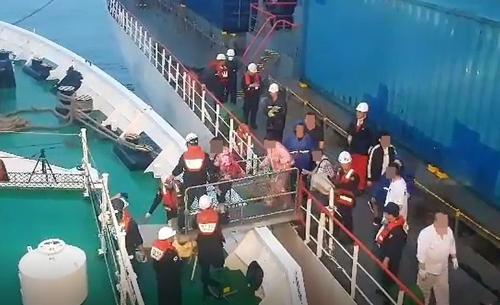 乘客和船员被韩国海警转移到舰艇上(仁川海警)