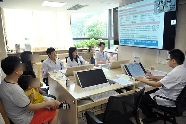 中国福利会国际和平妇幼保健院黄荷凤教授正在通过5G+AI诊疗平台为患者张女士讲解基因检测数据。 中福会国际和平妇幼保健院 供图