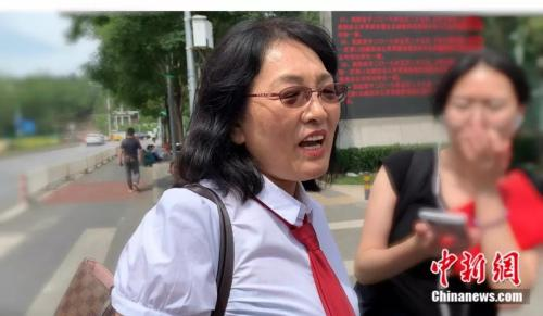 受害者方辩护律师姜丽萍接受媒体采访。杨雨奇 摄