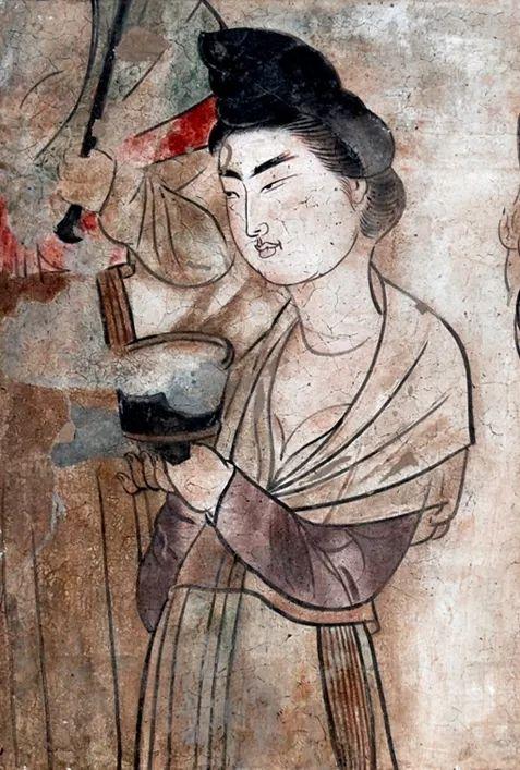 """懿德太子墓壁画中的捧杯侍女着装体现""""露"""""""