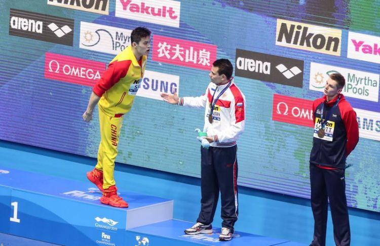 7月23日,孙杨(左)在颁奖仪式上质问英国选手斯科特。当日,在韩国光州举行的2019国际泳联世界游泳锦标赛男子200米自由泳决赛中,中国选手孙杨以1分44秒93的成绩获得冠军,日本选手松元克央以1分45秒22的成绩获得亚军,俄罗斯选手马柳京和英国选手斯科特以1分45秒63的成绩并列季军。新华社记者王婧嫱摄