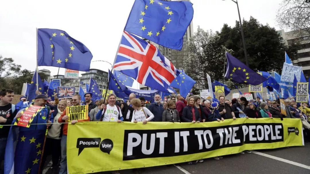 反对脱欧的英国群众要求二次公投
