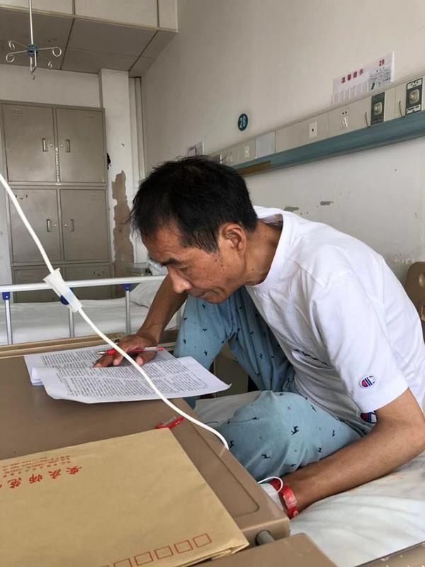 安庆师大患病教授在医院边打点滴边改稿,校长发朋友圈点赞