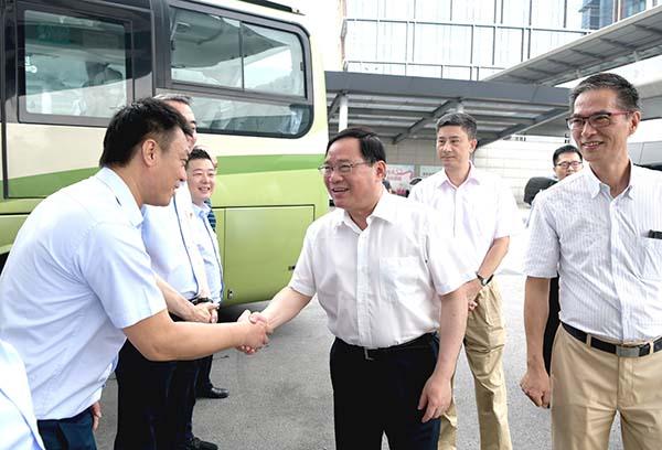 上海高温闷热天气持续,李强、应勇等市领导慰问一线干部职工