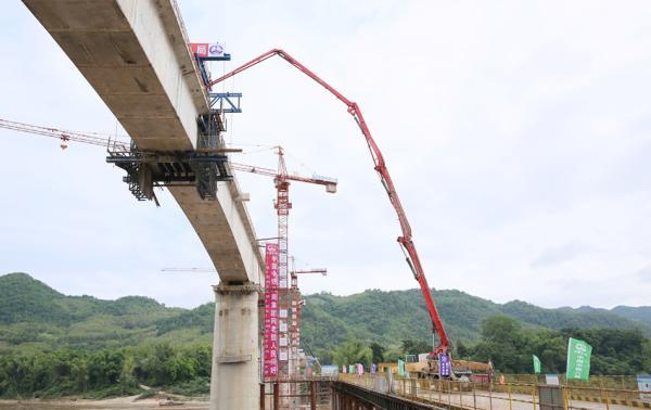 中老铁路琅勃拉邦湄公河特大桥成功合龙