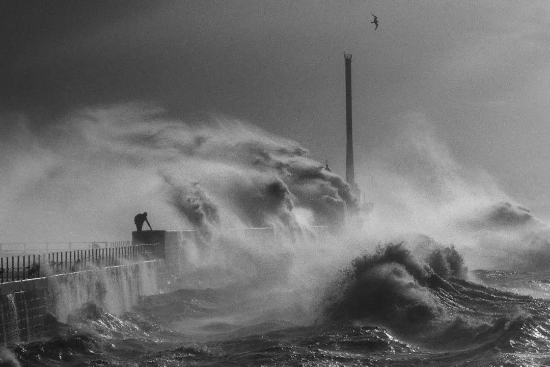 一张照片的故事 | 当海浪席卷而来时……