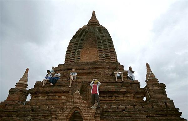 被列入世界遗产名录后,缅甸蒲甘寺庙禁止游客攀爬