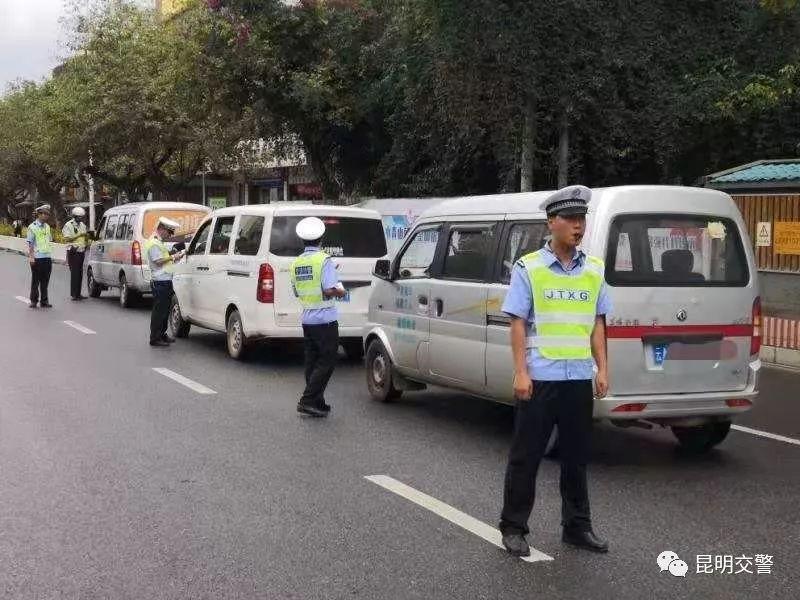 昆明交警開展小型客車、摩托車嚴重交通違法行