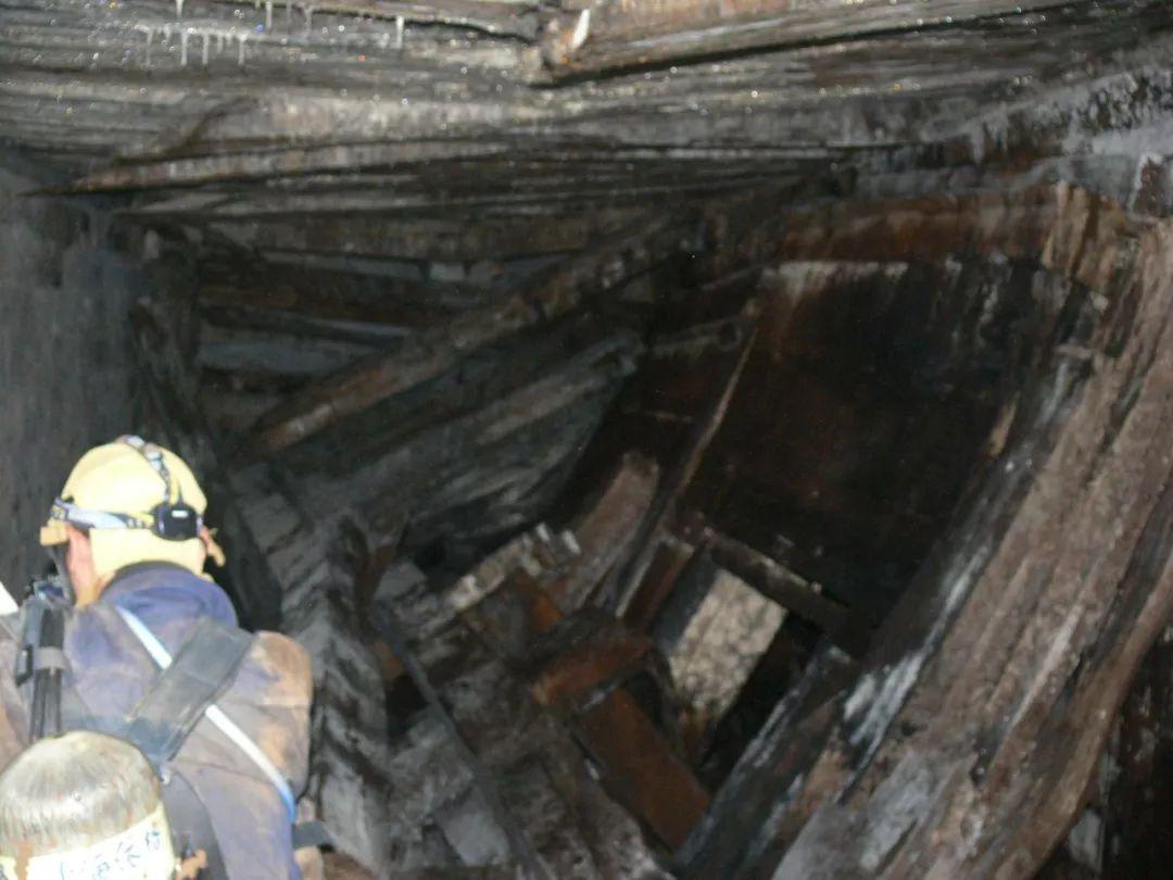 办案民警背着氧气瓶深入近30米深的被盗墓穴进行勘查取证