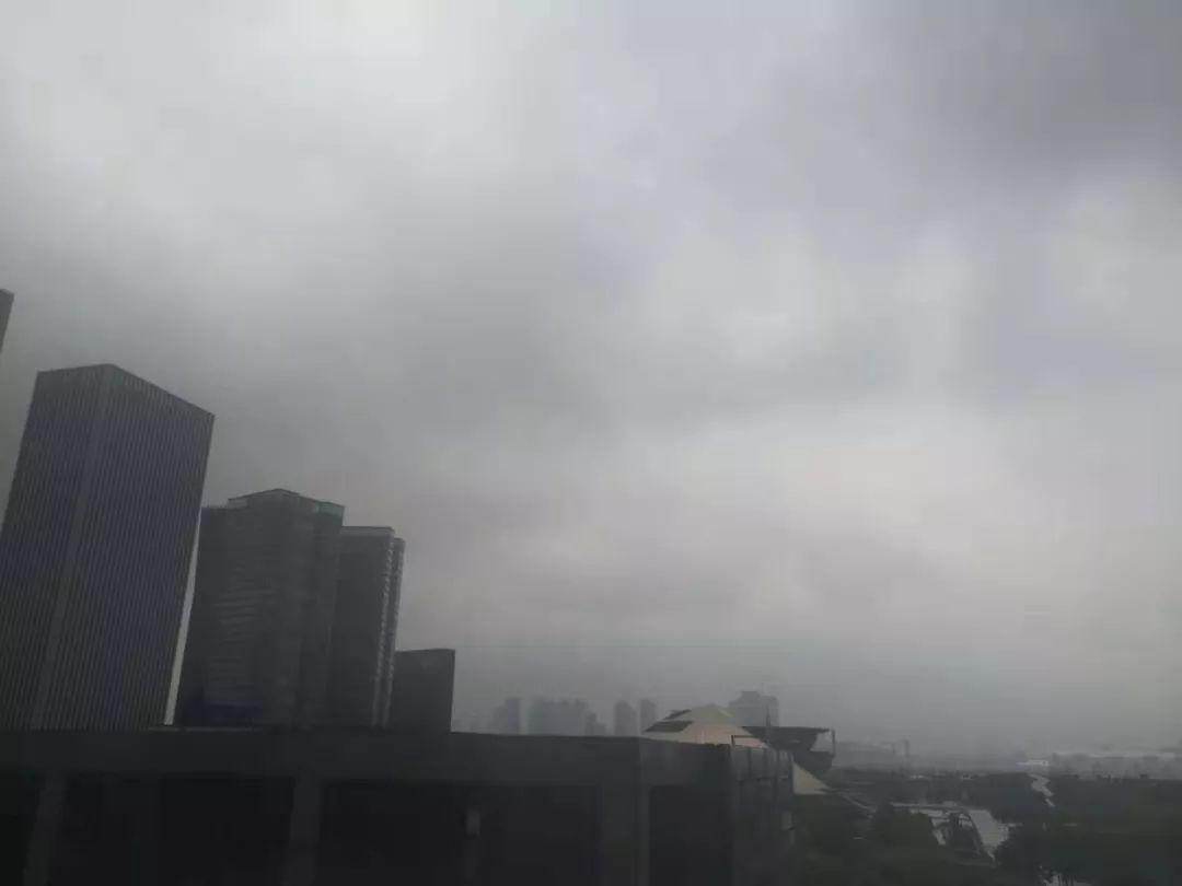 """双台共舞!浙江红色预警!杭州有暴雨!今夜开始,台风""""灿都""""将严重影响长三角"""