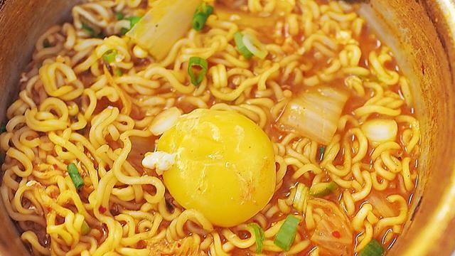 大数据丨中国人吃了全球方便面38%,销量下滑3年后翻红