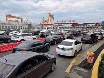 """青岛胶州湾隧道堵成""""网红"""":ETC快捷通道变成慢行车道"""