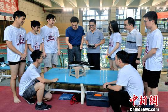 西北工业大学研制出中国首款滑扑一体自主变形仿生柔体潜航器