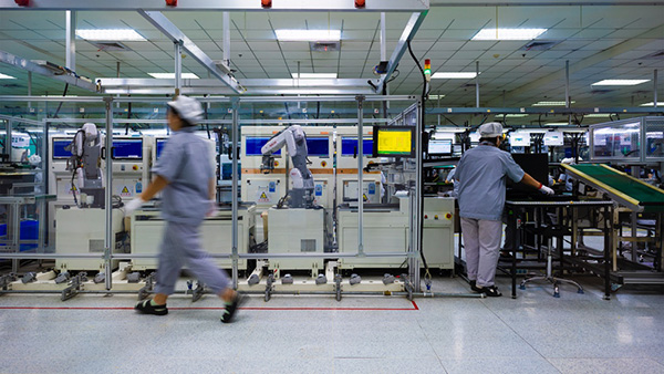 探访联想武汉产业基地:5G专网覆盖生产线,机器人运送物料