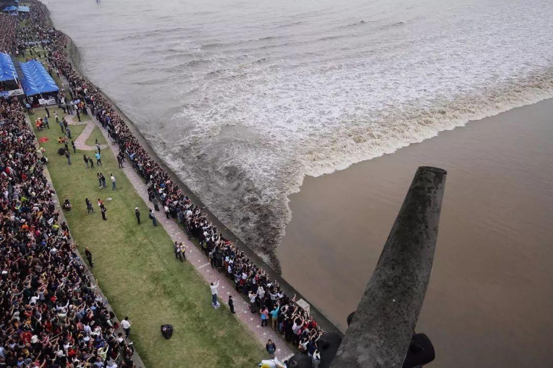 多名钱塘江观潮游客被巨浪淹没:潮水只可远观而不可近玩