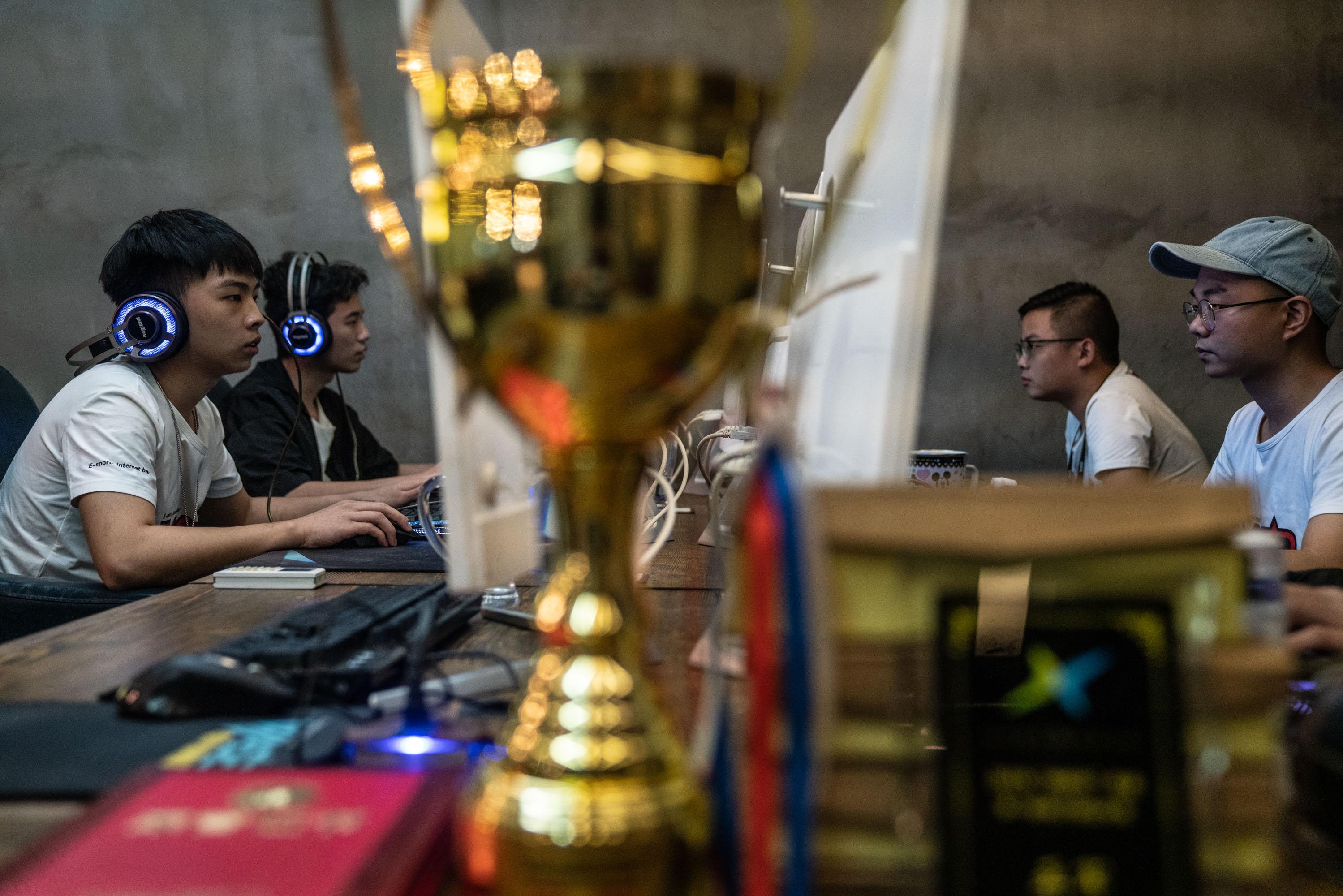 县城青年电竞梦:从拨号上网到移动互联,网瘾少年变职业选手