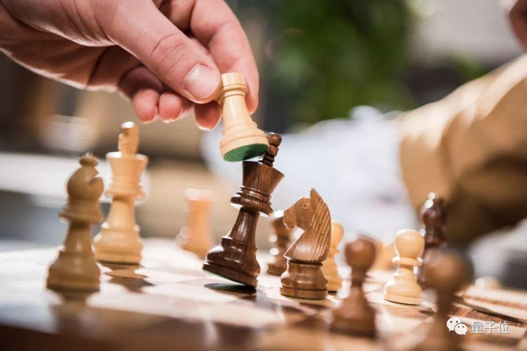 一盘棋都没下过,AI只听人类评论比赛,就学会了国际象棋