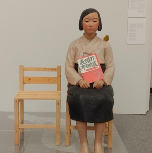 """""""慰安妇""""少女像在日被中止展出,70名艺术家抗议政治干预"""
