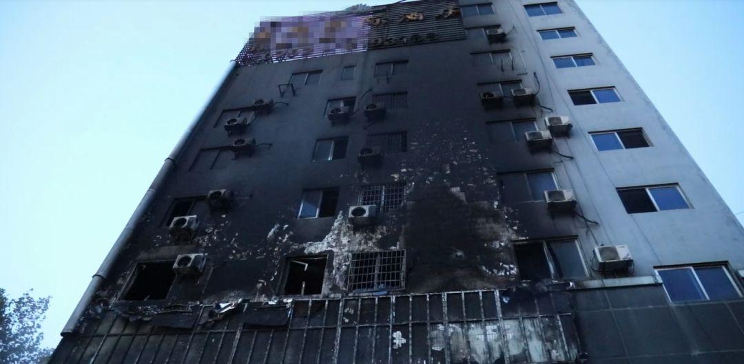 九江一餐馆发生大火,消防员搜72间房救出16人后累到呕吐