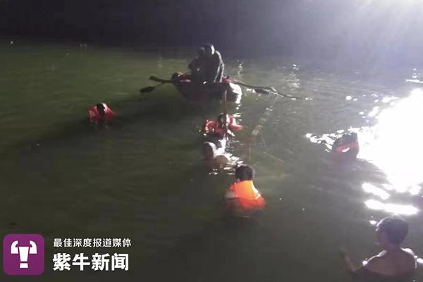 <b>河南濮阳一女童坠河,父亲下水奋力托举:把生的希望留给女儿</b>