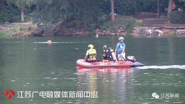 <b>老人溺亡后打捞工作还在进行,南京紫霞湖仍然有不少人在野泳</b>
