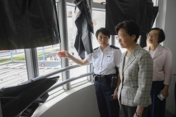 香港特首林郑月娥7日视察天水围区,探望驻守当区警员