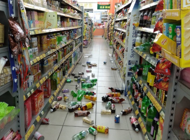 台湾6.4级地震现场:地面隆起瓦斯漏气,老人抱着女儿大哭
