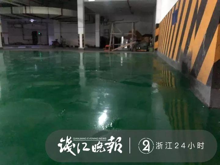 车漂移人摔倒,杭州一小区200多万元维修的地下车库不防滑